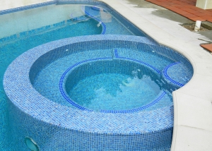 Pasadena new spa, round wet edge wall with straigh tile grid top